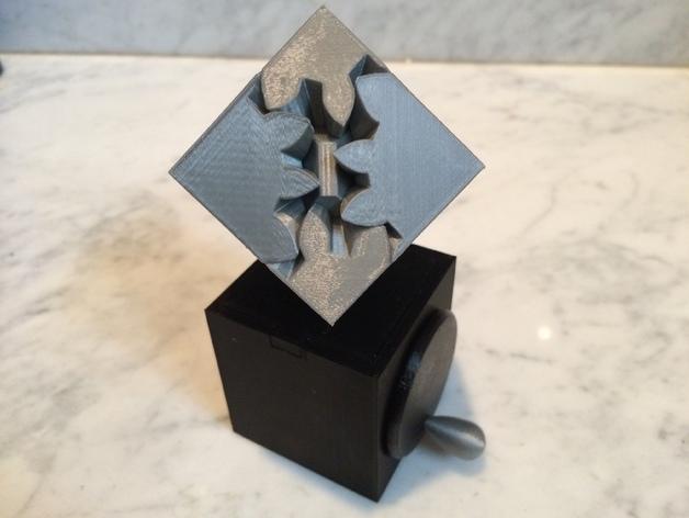 Куб с изображением мотора